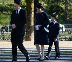 The Royal Watcher tumblr: Prince Akishino, Princess Kiko and their son Prince Hisahito offered flowers at the A-bomb Hypocenter Memorial at Nagasaki Hypocenter Park on December 6, 2016 in Nagasaki, Japan.  Photos: asahi.com
