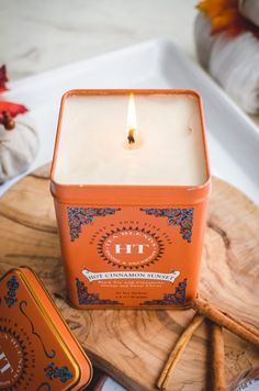 DIY Homemade Tea Tin Candle - A Fun, Homemade Gift Idea! - Sweet Cayenne Home - This tutorial for DIY homemade tea tin candles is a fun project to make with friends and makes a gr - Diy Candles Easy, Unique Candles, Homemade Candles, Tin Candles, Scented Candles, Candle Jars, Diy Candle Ideas, Diy Organizer, Photo Bougie