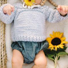 Sophie la girafe: Raglan Bebe Sweater Knitting Kit | Stitch & Story - Stitch & Story UK Knitting Kits, Easy Knitting, Bamboo Knitting Needles, Baby Kit, Blue Peach, Cast Off, Online Tutorials, Garter Stitch, Baby Sweaters
