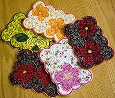 Floral Mug Rugs Looking for a fun and quick This fun and cheerful set is just the thing! Designs to create 3 different mug rugs are great for protecting your fine furniture! These pretty mug rugs will also make a great gift for hostesses and friends too! Machine Embroidery Projects, Quilting Projects, Quilting Designs, Sewing Projects, Mug Rug Patterns, Quilt Patterns, Sewing Patterns, Fabric Placemats, Pretty Mugs