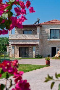 Genießen Sie die grüne Umgebung einer Villa neben der kretischen Natur bei Ihrem nächsten Urlaub auf der schönen Insel Kreta! #Kreta #Reisen #Urlaub #Ansicht #Schwimmbad #TheHotelgr