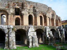 El teatro de Benevento. Al exterior, la obra se recubrió con sillería (opus quadratum) que, como puede apreciarse, es la más fácilmente saqueable.