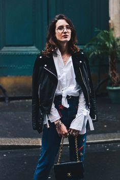 Mom jean aux grosses broderies et chemise nouée à noeuds sur les manches dans ce look. Je l'ai associé à un perfecto et une paire de ballerines pointues