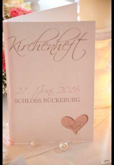 Wunderschöner Kirchenheft-Umschlag zur Hochzeit mit intigrierten Freudentränen im Landhausstyle. Von uns handgefertigt mit Schleifenband und Euren Initialen. Dieses Kirchenheft dient als...
