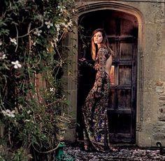 así posaría la modelo en alguna puerta de la finca