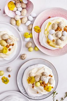 Pääsiäispavlovat saavat rapean marenkipohjan täytteeksi raikkaan mangorahkan. Suloiset minipavlovat koristellaan pienillä suklaamunilla, kuivatulla tyrnillä ja syötävillä kukilla. #meilläkotonafi #meilläkotona #pääsiäisleivonnaiset #pääsiäisleivonta #gluteenitonleivonta Cereal, Oatmeal, Breakfast, Food, The Oatmeal, Morning Coffee, Rolled Oats, Essen, Meals