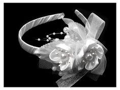 Čelenka s květinami . Květinová čelenka v bílé barvě se hodí pro dívky a malé slečny družičky, nebo které čeká První svaté přijímání. Čelenka je zdobená kanzaši květy, korálky, listy, síťovinou a mašlí. Obvod čelenky je 35 cm.