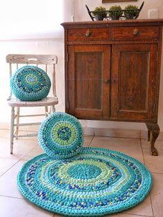 Alfombra y almohadones tejidos a crochet en trapillo/totora. Zpagetti type Rug and cushions. By Las Totoras Alfombras