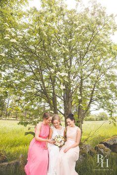 Bride and bridsmaids, weddingphotography Bridesmaid Dresses, Wedding Dresses, Wedding Inspiration, Flowers, Outfits, Fashion, Bridesmade Dresses, Bride Dresses, Moda