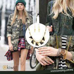 La tendencia militar estuvo presente esta temporada combínalo con accesorios dorados. OI2013-2014