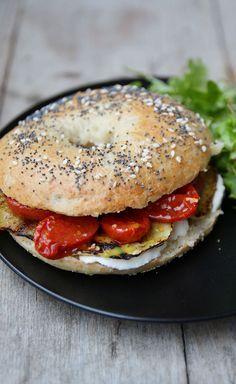 Bagel végétarien à la mozzarella, aubergine et tomates confites