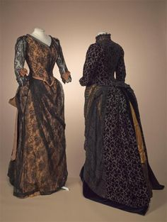 Dining or soiéejapon of orange taffeta overlaid with black lace, with loose bow of wide orange ribbon. 1890s Fashion, Victorian Fashion, Vintage Fashion, Victorian Dresses, Vintage Gowns, Vintage Outfits, Bustle Dress, 20th Century Fashion, Period Outfit