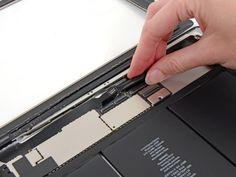 Schritt 36 -       Lösen Sie den Kleber unter dem Digitizer-Flachbandkabel mit der flachen Seite eines Spudger.      Entfernen Sie das Digitizer-Bandkabel aus seinem Sockel auf der Hauptplatine.