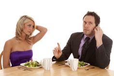 Bune maniere la masa: cum e corect sa te comporti cu smartphone-ul la restaurant