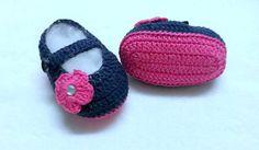 Botinha feita em linha azul mariono ,,, com flor linha pink ,,, pode ser feito em lã ,,,, <br>modelo feito por mim mas criado a gosto de uma cliente..... pode ser feito em outras cores.... <br>tamanho <br>0a2 meses ( 8cm) <br>2a4 meses ( 9cm) <br>4a6 meses (10cm)
