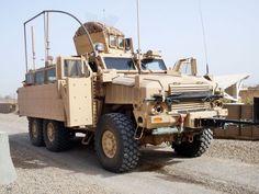 RG-33L completamente equipado para el TO de Irak. Al frente y adosado al paragolpes, el RHINO I, uno de los sistemas de contramedidas contra IED (el otro es el CREW). Los tubos de PVC por sobre el vehículo son para evitar que el tendido eléctrico o cables se enganchen en el vehículo, evitando electrocuciones. El pesado blindaje para hacer frente a los IED del tipo EFP abarca todo el lateral del vehículo, necesitando de un sistema hidráulico de apertura y cerrado para las puertas del…