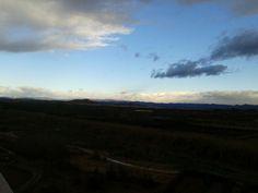 El cielo despejado sobre Ribarroja del Turia deja ver al fondo las montañas nevadas