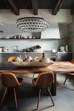 jolie salle a manger complete pas cher en bois massif et carrelage gris murale
