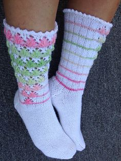 Ravelry: Vaahtokarkkiunelmia pattern by Pirjo Iivonen Knitting Socks, Knit Socks, Cozy Socks, Patterned Socks, Bunt, Mittens, Ravelry, Needlework, Knit Crochet