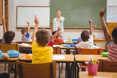 """Basissscholen stappen over op genderneutraal taalgebruik. Dat betekent dat onderwijzers de kinderen niet meer zullen begroeten met 'jongens en meisjes', maar met het neutrale woordje 'leerlingen'. Het idee daarachter is dat ook leerlingen die zich niet identificeren als jongen of meisje zich welkom voelen in de klas. """"Als school willen we niemand buitensluiten"""", zegt directeur Frank Coevelaer van basisschool De [...]"""