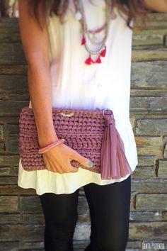 Aprende a tejer un Clutch de trapillo con solapa. Bag Crochet, Crochet Clutch, Crochet Diy, Crochet Handbags, Crochet Purses, Love Crochet, Crochet Crafts, Crochet Projects, Crochet Food