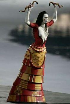 Recreation of Ancient Minoan goddess or priestess Creta, Historical Costume, Historical Clothing, Ancient Art, Ancient History, Minoan Art, Greek Pantheon, Greek Warrior, Mycenaean