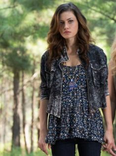 "The Originals -- ""Sinners and Saints"" -- Image Number: -- Pictured (L-R): Phoebe Tonkin as Hayley and Claire Holt as Rebekah -- Photo: Bob Mahoney/The CW -- © 2013 The CW Network, LLC. All rights reserved Hayley The Originals, Originals Season 1, Fashion Tv, Look Fashion, Fashion Ideas, Charles Michael Davis, Vampire Diaries Spin Off, Vampire Diaries The Originals, Style"