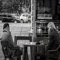 Aquela velha amizade com aquele papo bom  old friendship  #jeffefotografia #fotografoderua #fotoderua #fotografiaderua #photoderua #streetphotography #photostreet #streetphoto #nasruasdebrasilia #nasruas #street #peb #pretoebranco #blackandwhite #bandw #bw #instagram #instagrambrasilia #canon #50mm #amizade #batepapo by jeffedasilva
