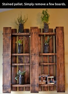 DIY Wandregalen und DIY Wanddeko aus Paletten DIY wall decoration made of pallets for the living roo Wood Pallet Beds, Wooden Pallet Projects, Wooden Pallet Furniture, Wood Pallets, Furniture Ideas, Pallet Couch, 1001 Pallets, Pallet Headboards, Pallet Benches