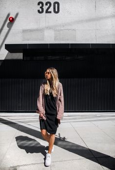 A black cotton dress will go beautifully with an oversized knit cardigan like this one worn by Lisa Olsson. If you're looking for a casual spring look, you can simply never go wrong with a dress and cardi combo! Cardigan: H&M, Sneakers: Nike, Dress: NLY Design by Victoria Törnegren, Bag: Zara.