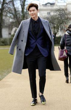 Lee Jong-suk Tampak Bersinar Di Acara Burberry show Lee Jong Suk Cute, Lee Jung Suk, Asian Actors, Korean Actors, Han Hyo Joo, W Two Worlds, Hyun Suk, Matou, Korean Star