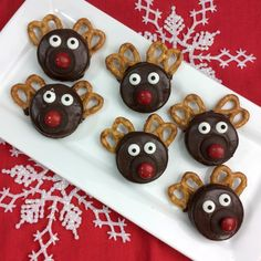 This easy to make Chocolate Covered Oreo Rudolph the Red Nosed Reindeer is the perfect holiday treat for a school party, gift or celebration. Fun Christmas Party Ideas, Christmas Goodies, Christmas Desserts, Christmas Treats, Holiday Treats, Xmas Ideas, Diy Christmas, Holiday Recipes, Holiday Gifts