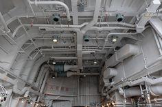 """情景師アラーキー/荒木さとし on Twitter: """"【写真資料】 海上自衛隊イージス護衛艦 あしがらのヘリコプター格納庫内写真。 先日の横須賀基地の公開の際に撮影。一般建築物の構造体と違い、すべて鋼板から出来ている格納空間はホワイトベースなどの宇宙船内と設計思想は通じる物があるかと。 http://t.co/YReKsaUdfz"""""""
