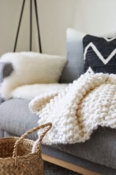 Perle Knitted wool blanket with yarn Fat & Happy from Pickles. Cozy Blankets, Throw Pillows, Chunky Blanket, Wool Blanket, Living At Home, Living Room, Home And Deco, Knitted Blankets, Warm And Cozy