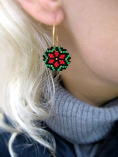 Earrings - Poinsettias for Christmas - Red, Green, Black and Gold - 24k gold plated breads and hoops on Etsy, 350,00 kr