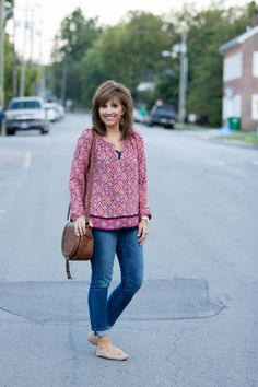Enjoy fall even more with this outfit, complete with jeans, blouse, flats, and purse!