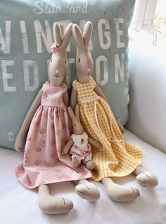 Le monde des créations Bunny Crafts, Doll Crafts, Cute Crafts, Diy Rag Dolls, Maileg Bunny, Baby Nap Mats, Fabric Animals, Sewing Toys, Stuffed Toys Patterns