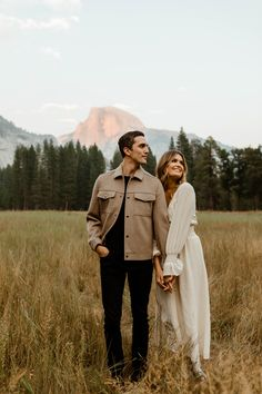Engagement Photo Outfits, Engagement Pictures, Engagement Photo Inspiration, Engagement Couple, Engagement Session, Engagements, Couple Photoshoot Poses, Couple Photography Poses, Couple Posing