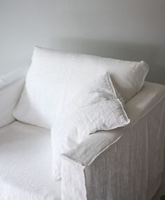 White slip covered sofa ideas to makes your room more comfortable 01 World Of Interiors, Linen Couch, White Couches, Sofa Covers, Cheap Home Decor, Decoration, Slipcovers, Furniture Design, Interior Design