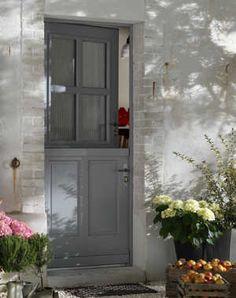 belle porte d'entrée | Belle fermière : Une porte pour mon entrée - Journal des Femmes Wreaths For Front Door, Door Wreaths, Portal, Home Focus, Nordic Home, Cosy Home, Apartment Entryway, Aluminium Doors, Wet Rooms