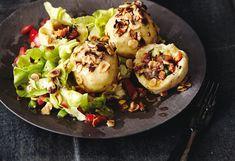 Grammelknödeln mit Nüssen und Salat