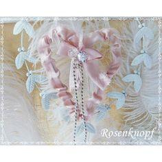 Filigranes Herz aus Draht, rüschig überzogen mit Stoff in Altrosa und romantisch verziert mit Perlen♥