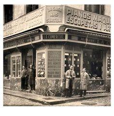 Madrid antiguo.Compra-venta_la-comercial .calle Noviciado-12. De 1930. Old Pictures, Old Photos, Vintage Photos, Foto Madrid, Sevilla Spain, Auld Lang Syne, Like Image, Shops, Barcelona