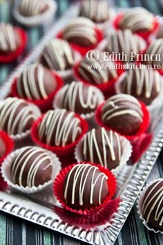 bomboane cu ciocolata (similar base recipe as my rum ball truffles) good to know some variety Cookie Desserts, Sweet Desserts, Chocolate Photos, Cake Recipes, Dessert Recipes, Candy Pop, Delicious Deserts, Romanian Food, Breakfast Dessert