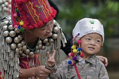China | Jingpo mother and child. Ruili, Yunnan | © Frans Devriese