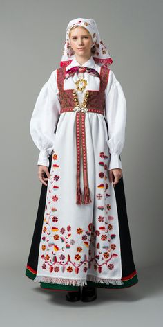 Just about all the different Norwegian national costumes in a row. This is the costume from Åmli. Folk Clothing, Historical Clothing, Folk Costume, Costume Dress, Norwegian Clothing, Costume Ethnique, Costumes Around The World, Folklore, World Cultures