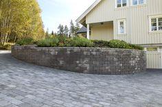 Rådhus mur m/geoloc er en stødig og funksjonell løsning. Den kan monteres loddrett eller legges skrått mot terrenget.