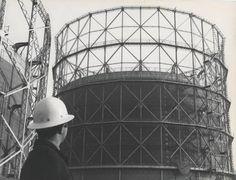 Stabilimento di Bovisa. Un tecnico con caschetto guarda il gasometro Ansaldo-Klonne della capacità di 80.000 mc con vasca metallica - 1968