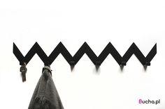 Wieszak Zygzak marki Bucha – kolor: czarny, biały, żółty, czerwony, granatowy – wielkość około 60×10 cm – wykonany ze stali grubości 2mm To nowoczesne i modne rozwiązanie na Wasz przedpokój. Idealnie będą wyglądać dwa takie same jeden pod drugim, jak i jeden przy drugim- boki zaprojektowane by po złożeniu tworzyć jeden wzór.  Wieszak Bucha- wieszaki dekoracyjne, wieszaki na ubrania, wieszaki na przedpokój, wieszaki do łazienki, metalowe wieszaki, wieszaki ścienne, pomysł na przedpokój