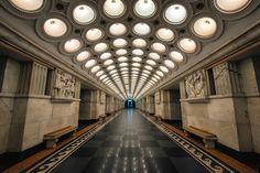Stazioni della metropolitana che ricordano la galleria di un museo per la loro delicata bellezza a #Mosca: la fermata Mayakovskaya è famosa per le sue splendide decorazioni in stile art déco.